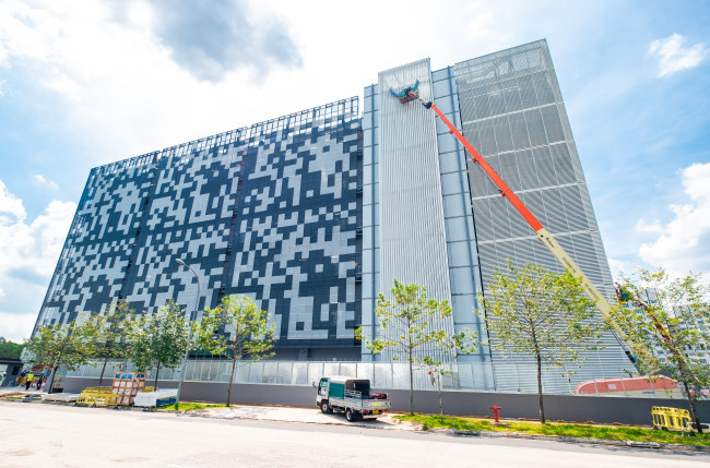 Galmon's JLG 1850SJ telescopic boom lift – the world's tallest – installed the Global Switch signage on the company's latest 25,000sqm data centre in Woodlands, Singapore.
