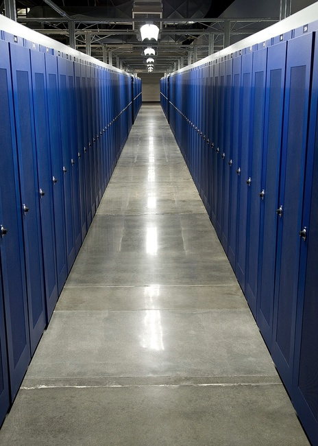 "The Fremont 2 Colocation Facility is arranged with ""warm and cold"" rows. The front of each cabinet faces a cold row, drawing air from the front and venting through the rear to the warm row."